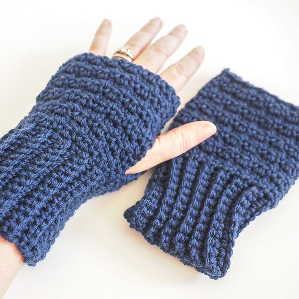 These lemon peel stitch fingerless gloves are warm and convenient. This free crochet pattern is a simple holiday gift everyone can use. #CrochetFingerlessGloves #CrochetGloves #CrochetPattern #CrochetAddict
