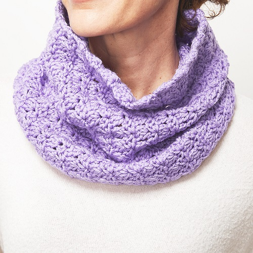 This crochet scarf pattern uses the primrose stitch. It's a really cute pattern that would make a great gift for a friend. #CrochetCowl #CrochetScarf #CrochetPattern #CrochetAddict