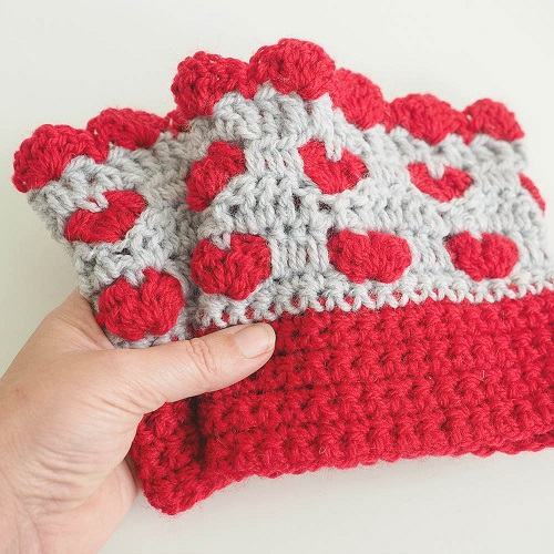 Boot cuffs are some of the best easy beginner crochet patterns because they're small and easy to get a handle on. These are great for valentines day. #bootcuffs #crochetstitch #crochetbootcuffs #doublecrochetstitch