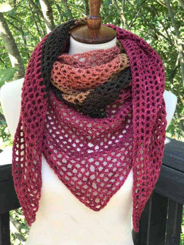Easy Beginner Crochet Shawl - These free crochet shawl patterns are easy to make and really fun. Shawls and wraps can be worn in any season and make fabulous gifts. #CrochetShawl  #CrochetShawlPatterns #FreeCrochetPatterns