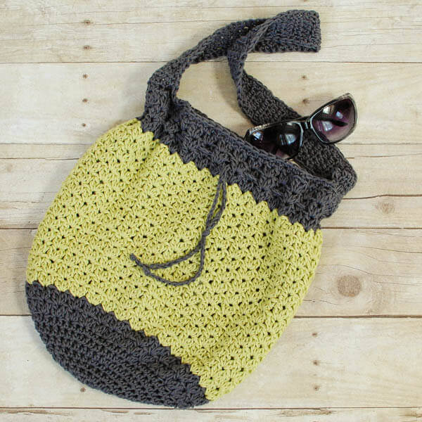 Easy Summer Tote - Are you ready for the best crochet bag patterns out there? This list has 18 fun summer bags and they're all free crochet patterns! #CrochetBagPatterns #EasyBagPatterns #FreeCrochetPatterns