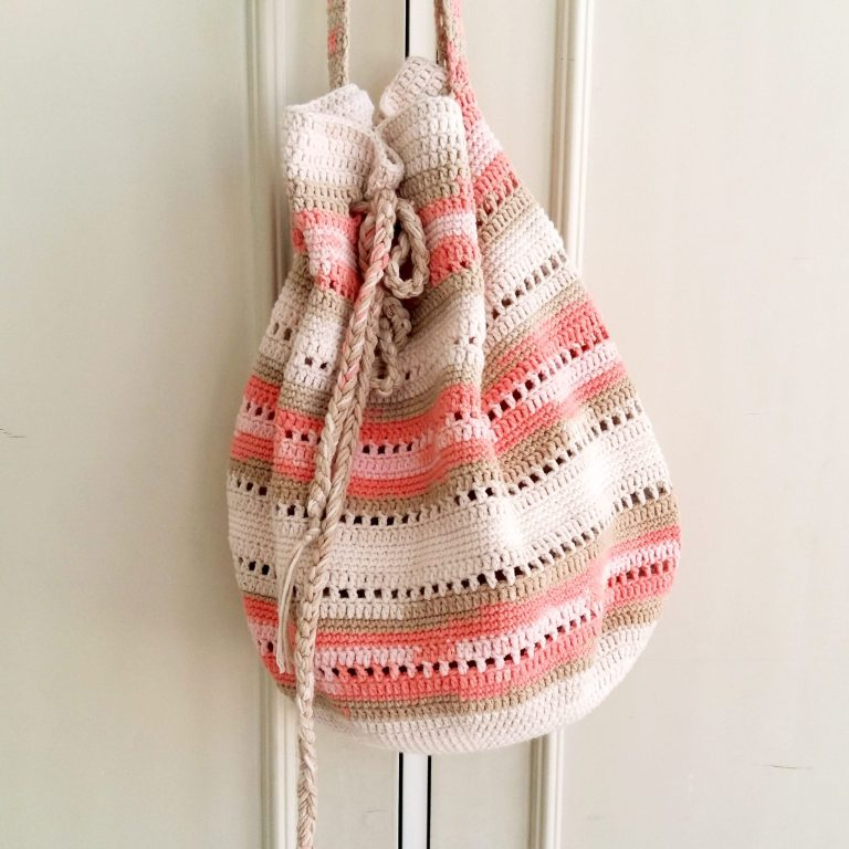 Seaside Handbag - Are you ready for the best crochet bag patterns out there? This list has 18 fun summer bags and they're all free crochet patterns! #CrochetBagPatterns #EasyBagPatterns #FreeCrochetPatterns