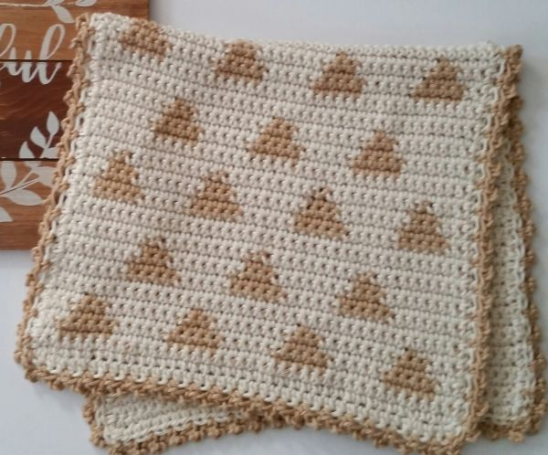 Triangle Print Fingertip Towel - Tapestry crochet patterns are really unique. Try your hand at making these and see if you don't fall in love with the crochet tapestry. #TapestryCrochetPatterns #CrochetPatterns #FreeCrochetPatterns